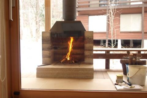 版築暖炉・室内から見る