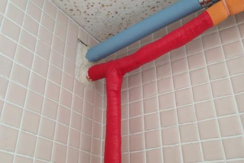 室内側に配管やり替え。