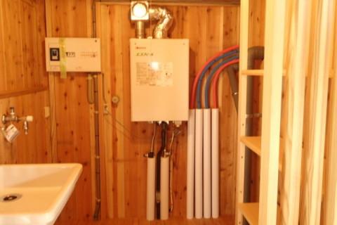 室内側に給湯機設置